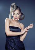 Mujer elegante joven con cierre creativo del estampado leopardo del estilo de pelo para arriba Imagenes de archivo