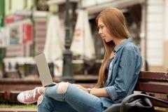 Mujer elegante joven con un ordenador portátil Fotografía de archivo