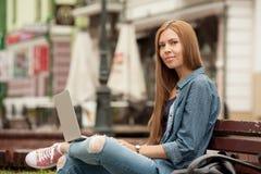 Mujer elegante joven con un ordenador portátil Imágenes de archivo libres de regalías