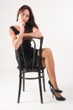 Mujer elegante joven en silla Imágenes de archivo libres de regalías