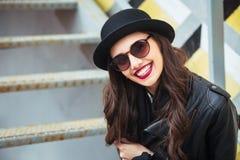 Mujer elegante joven en un café de la calle de la ciudad o té que se sienta y de consumición Imágenes de archivo libres de regalías