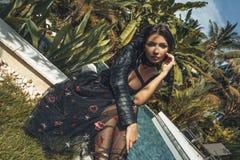 Mujer elegante joven hermosa en piso en el chalet tropical fotografía de archivo libre de regalías