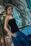 Mujer elegante joven hermosa que presenta al aire libre fotografía de archivo