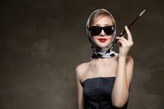 Mujer elegante joven que presenta, el diseñar retro Fotografía de archivo libre de regalías