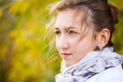 Mujer elegante joven que se coloca en parque del otoño Imagenes de archivo