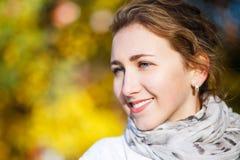 Mujer elegante joven que se coloca en parque del otoño Fotos de archivo libres de regalías
