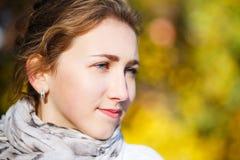 Mujer elegante joven que se coloca en parque del otoño Imagen de archivo libre de regalías