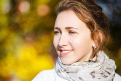 Mujer elegante joven que se coloca en parque del otoño Imagen de archivo