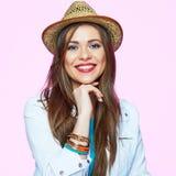 Mujer elegante joven que sonríe en fondo rosado Foto de archivo