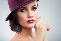 Mujer elegante magnífica en un sombrero que presenta en estudio foto de archivo libre de regalías