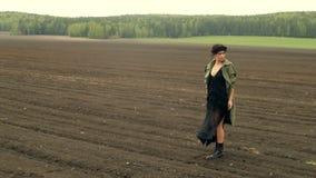 Mujer elegante que camina en campo almacen de metraje de vídeo