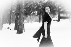 Mujer elegante que camina en nieve Imagenes de archivo