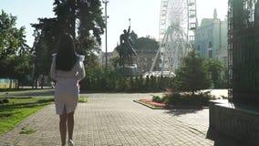 Mujer elegante que camina en parque fabuloso de la mañana en la cámara lenta metrajes