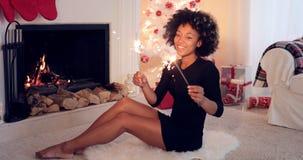 Mujer elegante que celebra Navidad con las bengalas Imagen de archivo libre de regalías