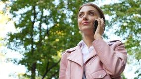 Mujer elegante que habla en el teléfono móvil almacen de metraje de vídeo