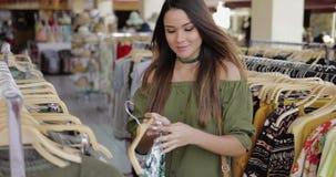 Mujer elegante que hace compras solamente metrajes
