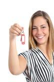 Mujer elegante que le muestra nuevas teclas HOME Fotografía de archivo libre de regalías