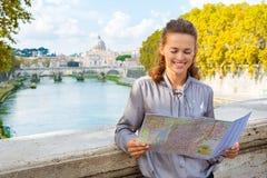 Mujer elegante que mira el mapa de Roma por el río de Tíber Imagenes de archivo