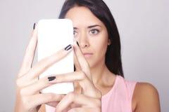 Mujer elegante que toma un selfie aislado sobre fondo gris Imagen de archivo libre de regalías