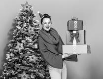 Mujer elegante sonriente con la pila de cajas del regalo de Navidad Fotografía de archivo