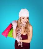 Mujer elegante sonriente con los bolsos de compras Imagen de archivo