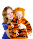 Mujer elegante y la muchacha en un juego de un tigre Imagenes de archivo