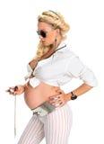 Mujer embarazada adorable que mira el reloj de bolsillo fotos de archivo libres de regalías