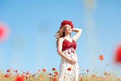 Mujer embarazada al aire libre Imagenes de archivo