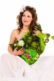 Mujer embarazada con carrocería-arte con las hojas verdes Imágenes de archivo libres de regalías