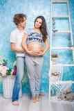 Mujer embarazada con concepto del cargamento fotos de archivo libres de regalías