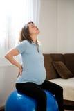 Mujer embarazada con dolor de espalda Foto de archivo