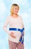 Mujer embarazada con el arqueamiento azul Fotos de archivo