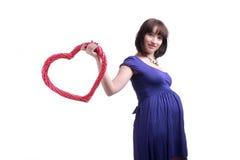 Mujer embarazada con el corazón Imágenes de archivo libres de regalías