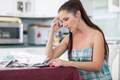 Mujer embarazada con el dinero. Presupuesto familiar. Foto de archivo