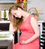 Mujer embarazada con el dolor fuerte del estómago Foto de archivo libre de regalías