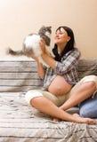 Mujer embarazada con el gato Fotografía de archivo libre de regalías