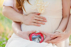 Mujer embarazada con el hombre Imagen de archivo
