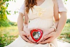Mujer embarazada con el hombre Fotos de archivo
