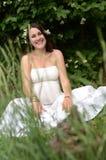 Mujer embarazada con el jazmín Imagen de archivo libre de regalías