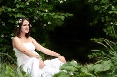 Mujer embarazada con el jazmín Fotos de archivo libres de regalías