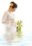 Mujer embarazada con el lil amarillo Imágenes de archivo libres de regalías