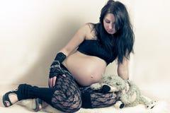 Mujer embarazada con el peluche Imagen de archivo