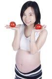 Mujer embarazada con el tomate fresco Imagen de archivo libre de regalías