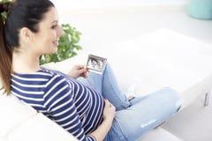 Mujer embarazada con imagen del ultrasonido 3D fotografía de archivo