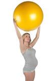 Mujer embarazada con la bola de los pilates Imagen de archivo libre de regalías