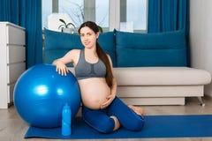 Mujer embarazada con la bola del ajuste imágenes de archivo libres de regalías