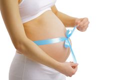 Mujer embarazada con la cinta azul en el vientre Fotos de archivo
