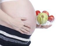 Mujer embarazada con la fruta fresca Imagen de archivo