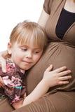 Mujer embarazada con la hija Fotos de archivo