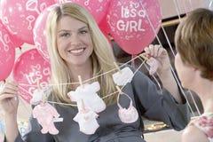 Mujer embarazada con la madre en una fiesta de bienvenida al bebé Imágenes de archivo libres de regalías